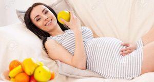 27975569-Une-alimentation-saine-pour-moi-et-mon-b-b-Belle-femme-enceinte-de-manger-une-salade-de-fruits-et-so-Banque-d'images